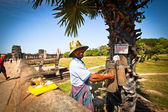 Unidentified cambodian street juice seller in Angkor Wat — Stock Photo