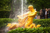 Samson - the central fountain palace and park ensemble Peterhof — Foto de Stock