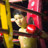 Unidentified young Muaythai fighter in ring during match — Stockfoto
