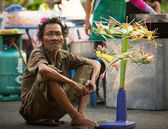 Unidentified beggar sells handicrafts near Ayutthaya Historical Park — Foto de Stock