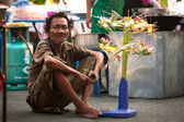 Unidentified beggar sells handicrafts near Ayutthaya Historical Park — 图库照片