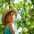 Little girl posing in a straw hat in the park. — Stock Photo #47274675