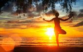 Donna pratica dello yoga sulla spiaggia — Foto Stock
