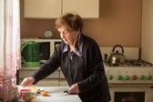 Donna in cucina. — Foto Stock
