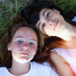 dos joven tirado en la hierba — Foto de Stock