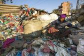 Les parents travaillent sur dump — Photo