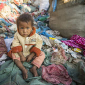 Child is sitting on dump — Stockfoto