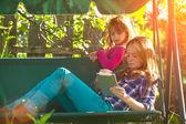 Jonge zusters met een tablet pc — Stockfoto