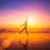 Expressive a woman on the beach at sunset. — Stock Photo
