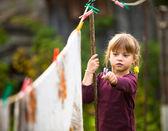 Dívka s clothespin a prádelní šňůru — Stock fotografie