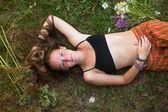 Girl lying on the autumn ground. — Stock Photo