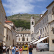 Croatia, Dubrovnik. July, 2006. Tourists in the streets of an ancient town. — Stock Photo
