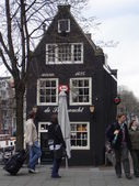 The Netherlands, Amsterdam. City view. Tourists and an ancient house.March, 2008. — Stock Photo