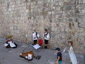 Croatia, Dubrovnik. Folk musicians are preparing to a concert at the wall of an ancient fortress. July, 2006. — Stock Photo