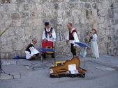 クロアチア、ドブロブニク。民俗音楽家は、古代の要塞の壁でのコンサートを準備しています。2006 年 7 月. — ストック写真