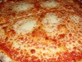 пицца «маргарита» с сыром, помидорами и базиликом. — Стоковое фото