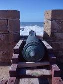 Un viejo cañón en la pared de una fortaleza antigua en Portugués en essaouira, Marruecos. — Foto de Stock
