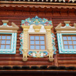 Beautiful window frames. Russian tsar's wooden palace in Kolomenskoe ( Moscow), built in the 17th century. August, 2013. — Stock Photo