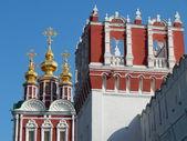 救い主と lopuhinskaya タワーの変容の教会。(新しい乙女) ノヴォデヴィチ女子修道院、moscow.august、2013. — ストック写真