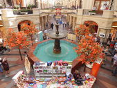 Central part of the department store with a fountain. GUM - State Department Store in Moscow. August, 2013. — Stock Photo
