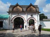 The gates to Gosudarev Yard in Kolomenskoe, Moscow. August, 2013. — Stock Photo