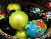 Jouets de noël de différentes couleurs dans un panier. — Photo