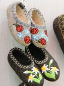 """Warm handmade woolen home shoes. The exhibition """"Christmas Time - 2013"""", Moscow. September, 2013. — Foto Stock"""