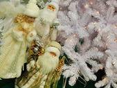 Abuelos helada y rosado cerca del árbol de navidad. — Foto de Stock