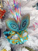 Weihnachtsbaum, dekoriert mit karneval maske. — Stockfoto