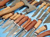 """Facas de caça e um machado sobre o fundo azul. exposição internacional de moscou """"caça e armas"""". outubro de 2013. — Foto Stock"""