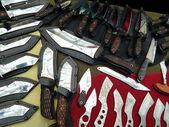 Различные охотничьи ножи с декоративными элементами. — Стоковое фото