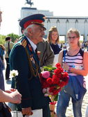 Victory Day in Moscow.The 9th of May, 2014. A veteran is talking about the war to the youth. Worship Hill, Victory Park. — ストック写真