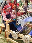 "Folk crafts. A weaver. The Fourth International Historical Festival ""Times and Epochs 1914-2014"", Kolomenskoye, Moscow. 8th of June, 2014. — Stock Photo"