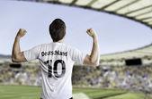 Tysk fotbollspelare firar på stadion med fansen — Stockfoto