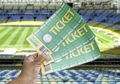 Mão segura um futebol caseiro bilhetes no estádio - brasil — Foto Stock