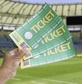 Hand houdt een zelfgemaakte voetbal kaartjes in het stadion - brazilië — Stockfoto