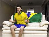 Torcedor brasileiro comemora em casa — Fotografia Stock
