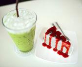 Krep koláče a ledový zelený čaj — Stock fotografie