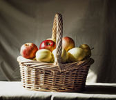 Basket with apples — Stockfoto