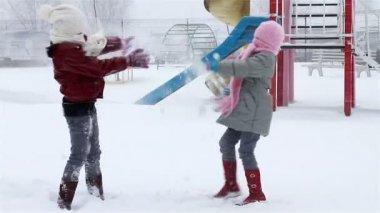 公園内の雪と女の子の戦い — ストックビデオ