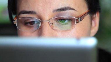 Kobieta, pracująca na komputerze typu tablet — Wideo stockowe