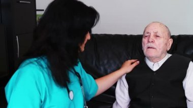 Senior man talking with nurse — Stock Video