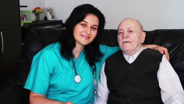 Enfermera dando atención a un hombre senior — Vídeo de stock