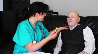 解释如何向一个高级的人吃药的护士 — 图库视频影像