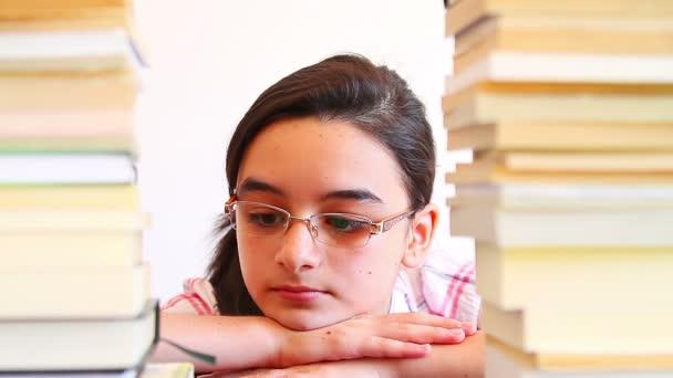 Chica abrumado por el trabajo de la escuela — Vídeo de stock