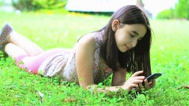 Dziewczyna bawi sie z smartphone — Wideo stockowe