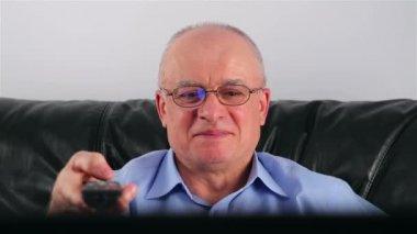 счастливый старший человек смотрит телевизор — Стоковое видео