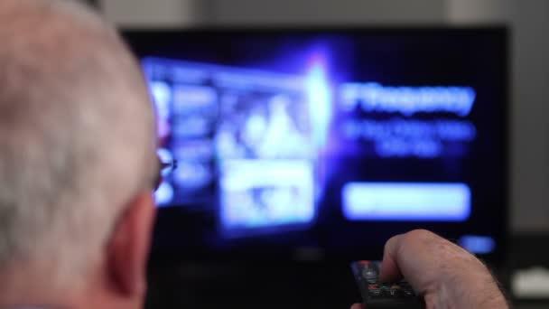 Smart tv et main d'homme senior en appuyant sur la télécommande — Vidéo