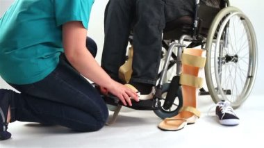 Orthopedic equipment for young man in wheelchair — Stock Video