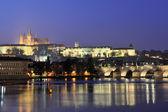 Vue de prague castle et charles pont la nuit — Photo